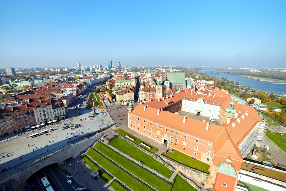 Zdjęcie z lotu ptaka prezentujące Plac Zamkowy wraz z Zamkiem Królewskim w Warszawie.