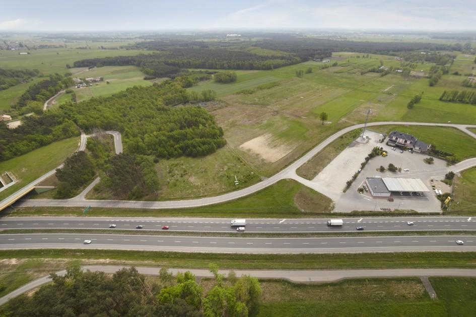 Zdjęcie z lotu ptaka przedstawiające teren inwestycyjny, na którym powstanie magazyn Warsaw Logistic Center.