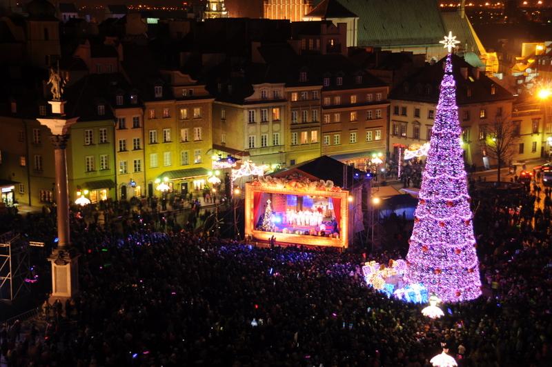 Zdjęcie lotnicze prezentujące wydarzenie wielkiej iluminacji świątecznej na placu Zamkowym w Warszawie.