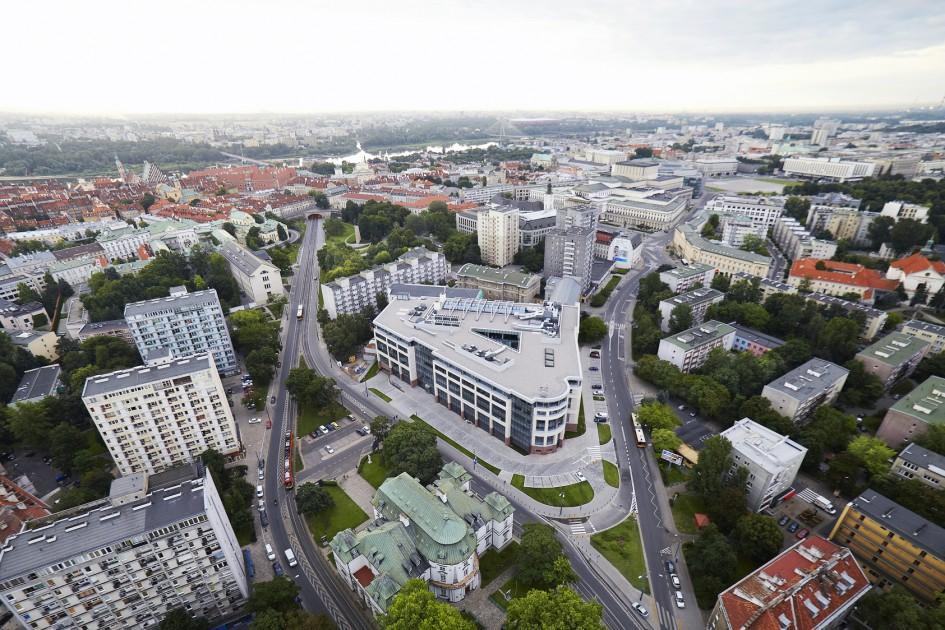 Zdjęcie z lotu ptaka prezentujące powierzchnie biurową o nazwie Senator na terenie Warszawy.
