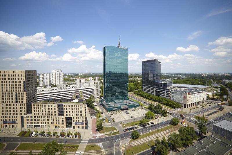 Zdjęcie lotnicze prezentujące wieżowiec Intraco na terenie Warszawy.