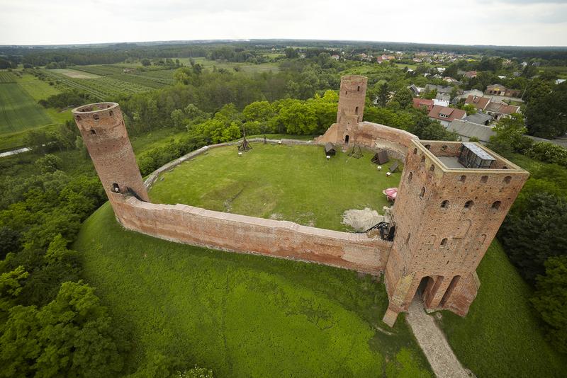 Zdjęcie lotnicze prezentujące pozostałości zamku w Czersku k.Warszawy.
